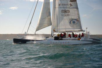Maxi-catamaran Explorer au large de Groix