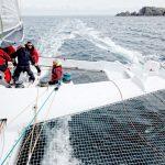 Des participants heureux naviguent à bord du trimaran 60 pieds Sensations